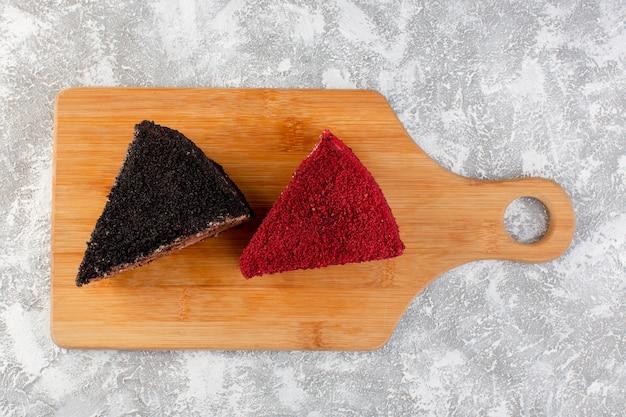Widok z góry z bliska pyszne ciasto z kremem czekoladowym i owocami na drewnianym biurku ciasto herbatniki cukier słodka herbata