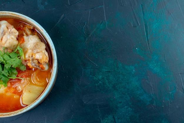 Widok z góry z bliska rosół z kurczakiem i zieleniną wewnątrz na ciemnoniebieskim tle zupa mięso jedzenie obiad kurczak