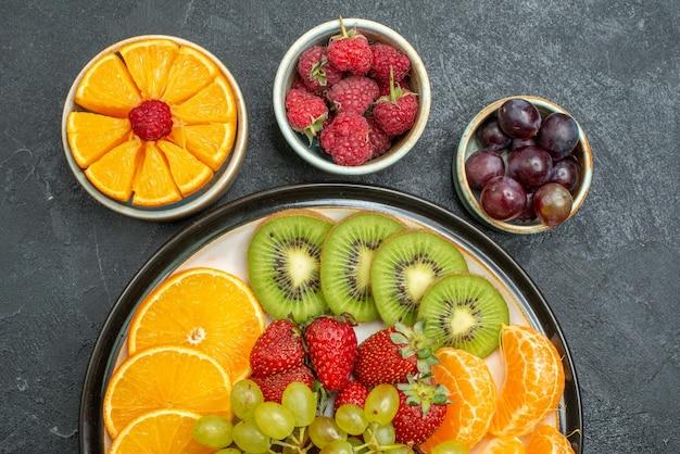 Widok z góry z bliska różne składy owoców świeże i pokrojone owoce na ciemnym tle zdrowie dojrzałe świeże owoce łagodne