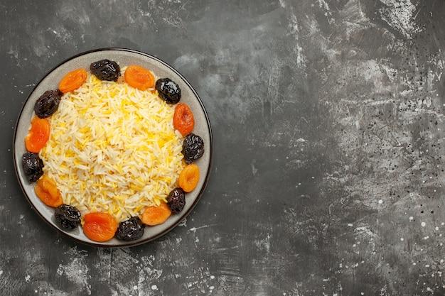 Widok z góry z bliska ryż ryż i suszone owoce w talerzu