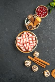 Widok z góry z bliska słodycze słodycze wafle z dżemem owoce cytrusowe ciasteczka laski cynamonu