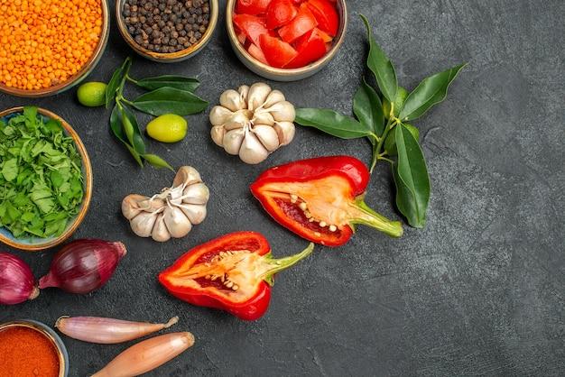 Widok z góry z bliska warzywa soczewica czosnek zioła owoce cytrusowe z liśćmi przyprawy pomidory pieprz