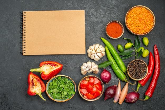 Widok z góry z bliska warzywa zioła przyprawy papryka pomidory z soczewicy krem notebook