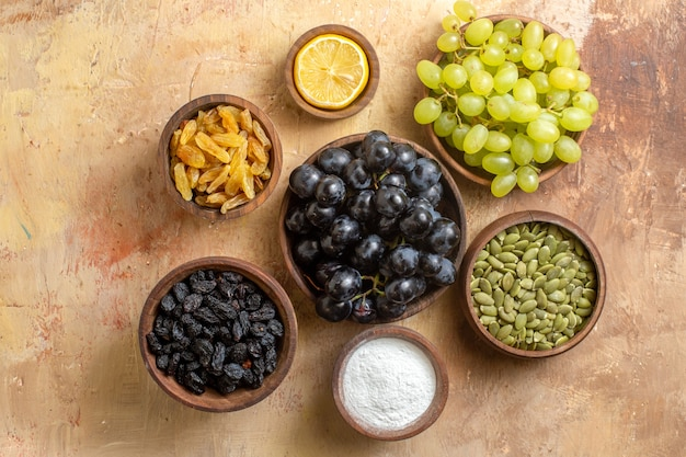 Widok z góry z bliska winogrona apetyczne kiście winogron rodzynki cukier cytryna pestki dyni