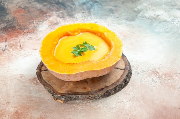 Widok z góry z bliska zupa i apetyczna zupa z ziołami na pokładzie