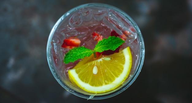 Widok z góry z czerwonej włoskiej sody, napoju słodko-kwaśnego, truskawki, granatu, liścia mięty papierowej, napoju, koktajlu, lemoniady do orzeźwienia