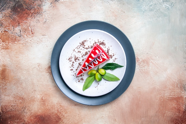 Widok z góry z daleka ciasto kawałek ciasta z cytrusami na biało-szarym talerzu