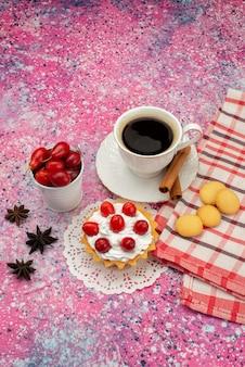 Widok z góry z daleka małe ciasto ze śmietaną i świeżymi owocami wraz z kawą na kolorowej powierzchni koloru herbaty