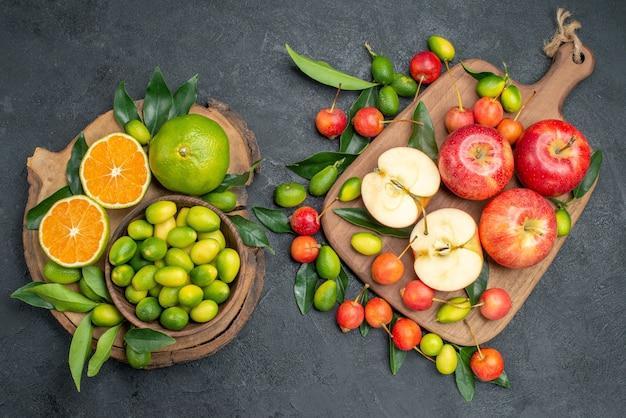 Widok z góry z daleka owoce jabłka na desce do krojenia deska wiśni z owocami cytrusowymi
