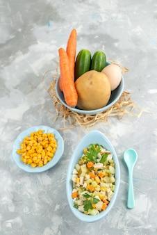 Widok z góry z daleka świeże warzywa z sałatką na białym biurku jedzenie posiłek sałatka warzywna