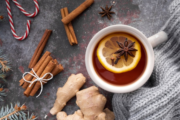 Widok z góry z gorącą herbatą i cytryną