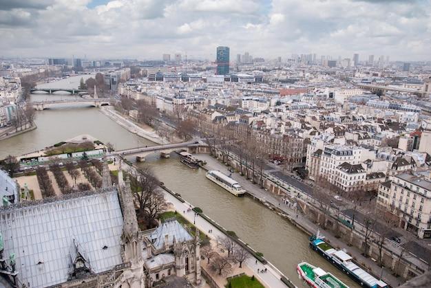 Widok z góry z katedry notre dame na sekwanę i mosty