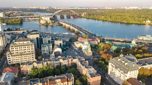 Widok z góry z lotu ptaka na panoramę miasta kijowa dniepru i panoramę historycznej dzielnicy podol z góry