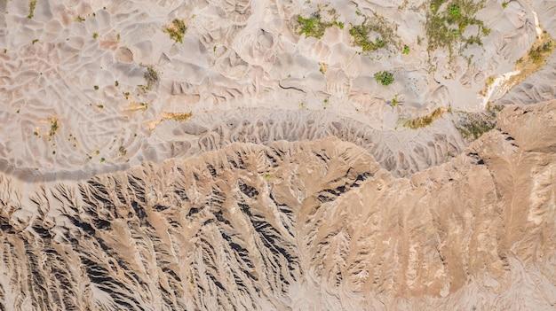 Widok z góry z lotu ptaka, powierzchnia lądu, w lewo przez wodę