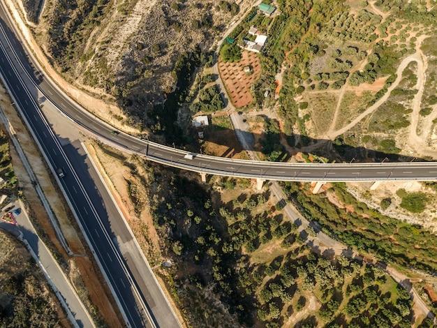 Widok z góry z lotu ptaka przez drona krajobrazu z drogą asfaltową.