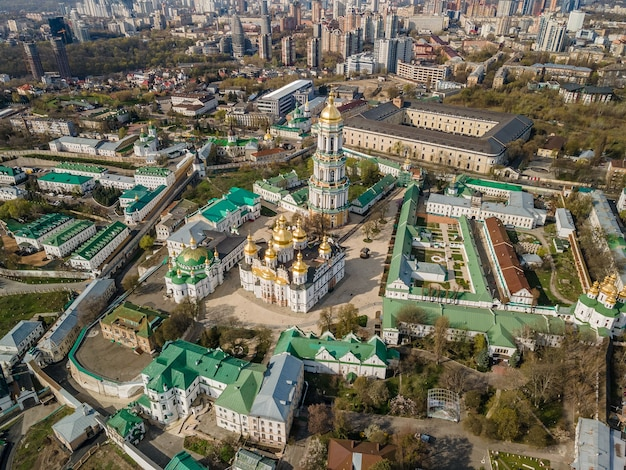 Widok z góry z lotu ptaka przez drona ławry peczerskiej lub kijowskiego klasztoru jaskiń w kijowie na ukrainie.