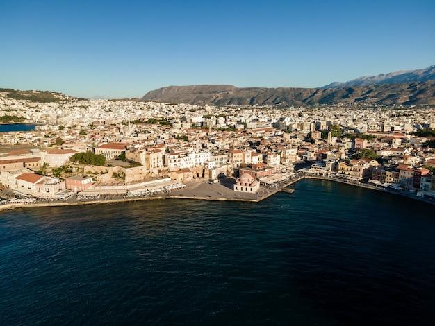 Widok z góry z lotu ptaka przez drona miasta chania kreta grecja