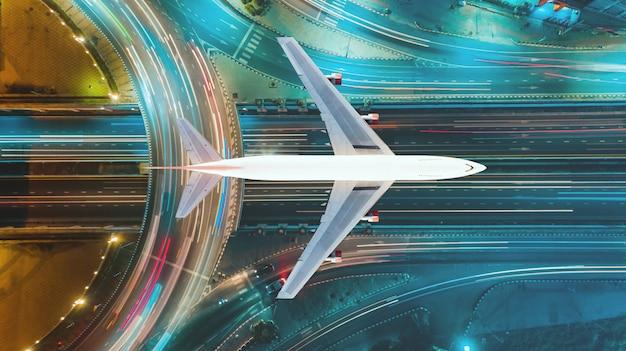Widok z góry z lotu ptaka, ruch drogowy ważna infrastruktura oraz transport lotniczy i tranzyt. koncepcja biznesowa podróży i transportu