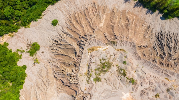 Widok z góry z lotu ptaka wzory pojawiają się na ziemi