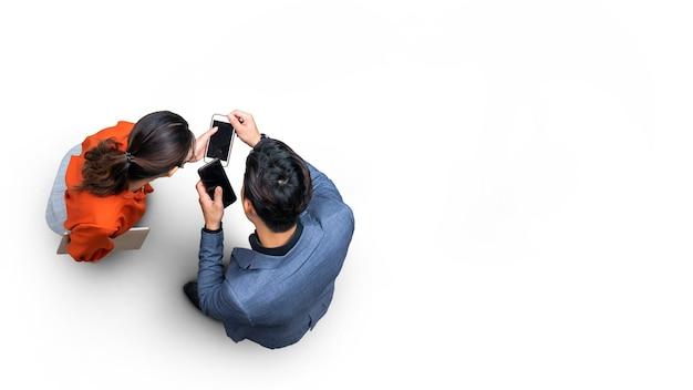 Widok z góry z lotu ptaka z mężczyzną i kobietą biznesu ze stojakiem na smartfona na ulicy białego chodnika