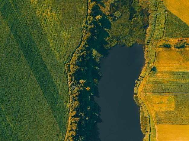 Widok z góry z lotu ptaka z pięknymi zabytkami na polach uprawnych i jeziorze pośrodku