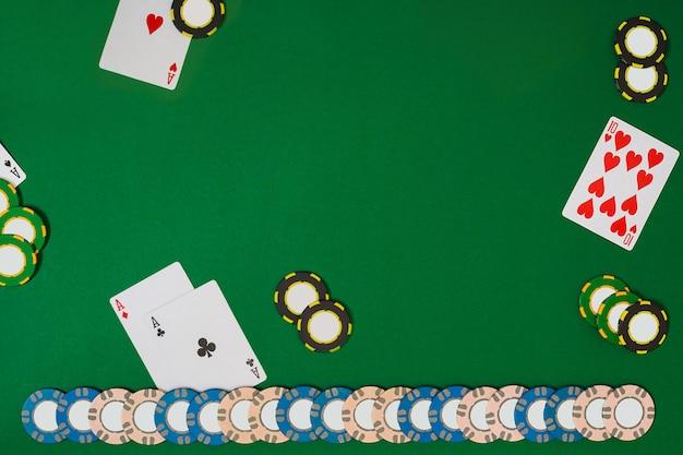 Widok z góry z miejscem na kopię. makieta układu szablonu transparentu dla kasyna online. zielony stół, widok z góry na miejsce pracy. baner dla kasyn online i hazardu