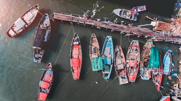 Widok z góry z nieba grupy drewnianej łodzi rybackich.