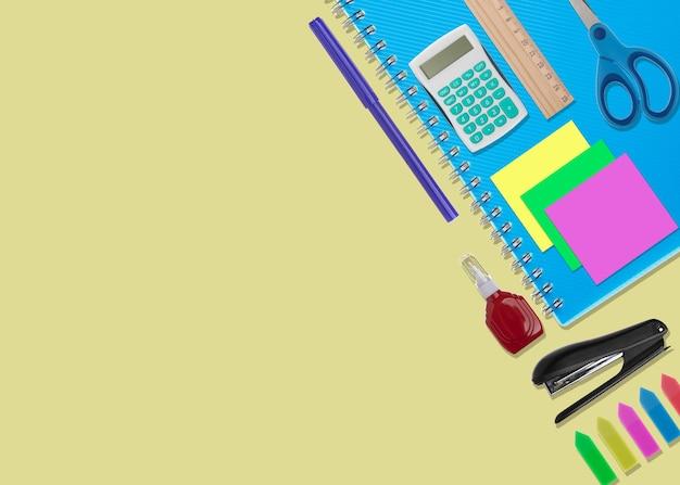 Widok z góry z notatnikiem z akcesoriami biurowymi i kolorowymi naklejkami na żółtym tle z miejscem na kopię na napis
