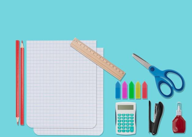 Widok z góry z notatnikiem z akcesoriami biurowymi i kolorowymi naklejkami