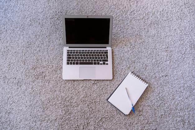 Widok z góry z nowoczesnego komputera przenośnego i notebooka