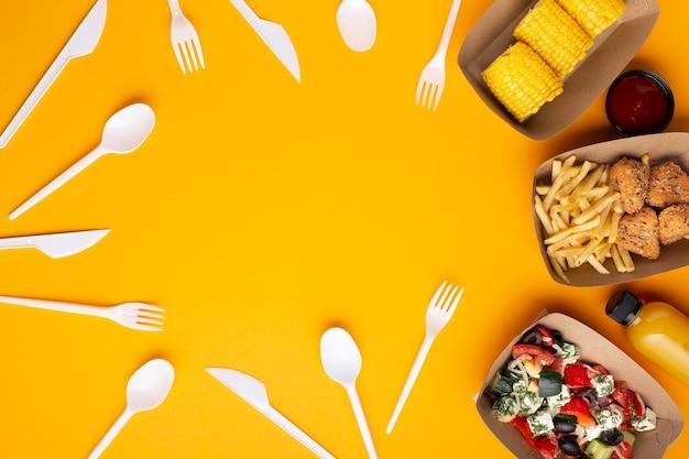 Widok z góry z ramką na żywność i zastawą stołową
