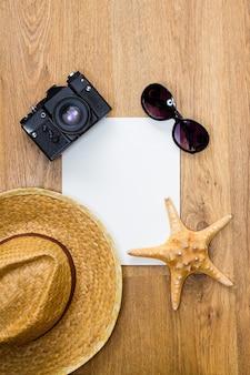 Widok z góry z rocznika aparatu i plecionego kapelusza, rozgwiazdy, parę okularów tła.