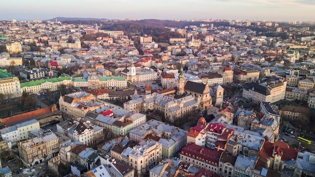 Widok z góry z urzędu miasta na domy we lwowie, ukraina. stare miasto we lwowie z góry.