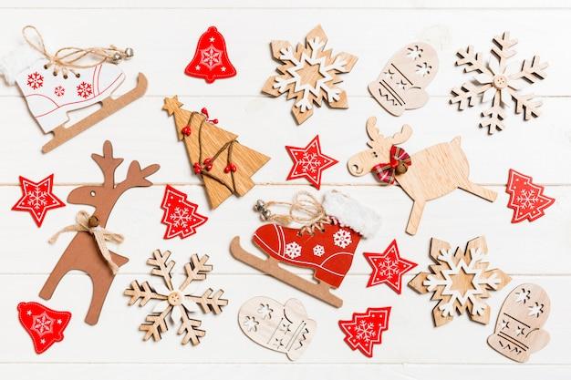 Widok z góry zabawki świąteczne na drewniane. ornament. wakacje