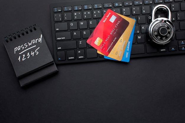 Widok z góry zamka z kartami kredytowymi i hasłem