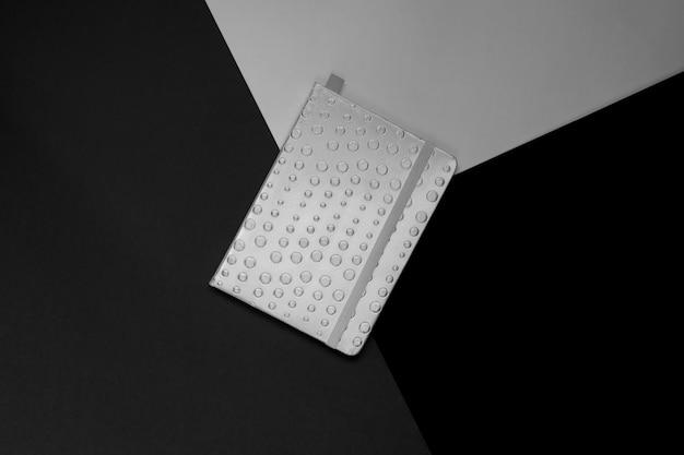 Widok z góry zamkniętego terminarza na odcienie szarości ściany. czarny i biały. minimalny układ. koncepcja kreatywna.