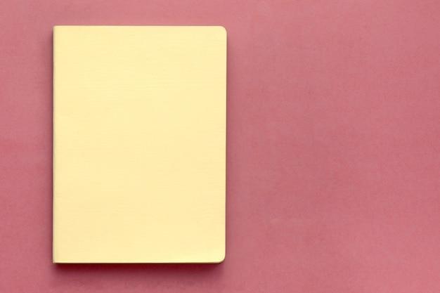 Widok z góry zamkniętego żółtego okładkowego notatnika