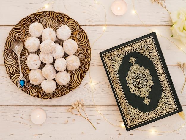 Widok z góry zamknięty koran z wypiekami
