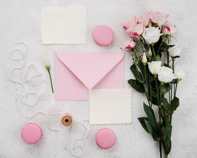 Widok z góry zaproszenia ślubne z kwiatami