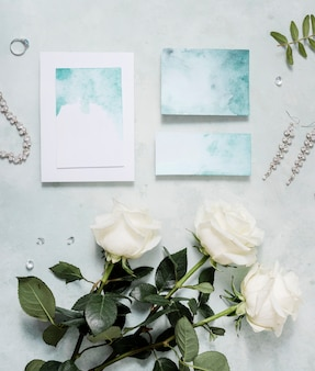 Widok z góry zaproszenie na ślub na stole