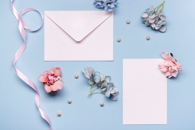 Widok z góry zaproszenie na ślub z kwiatami