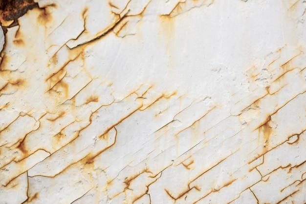 Widok z góry zardzewiałej powierzchni metalowej z łuszczącą się farbą