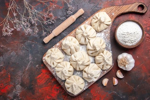 Widok z góry zbliżenie chinkali apetyczny chinkali na miskę czosnku do krojenia mąki