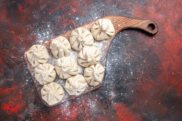 Widok z góry zbliżenie chinkali dziesięć chinkali na desce do krojenia