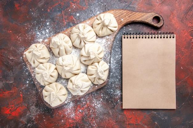 Widok z góry zbliżenie chinkali dziesięć chinkali na notatniku krem do krojenia