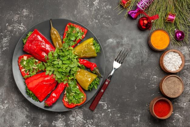 Widok z góry zbliżenie danie papryka z ziołami kolorowe przyprawy choinka zabawki widelec