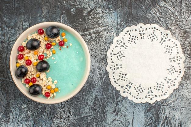 Widok z góry zbliżenie jagody niebieski miska apetycznych serwetka koronki porzeczki i winogron