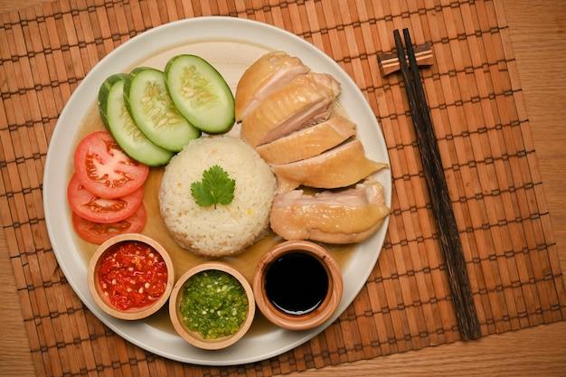 Widok z góry zbliżenie pałeczek ryżowych z kurczaka hajnańskiego na stole w stylu chińskim