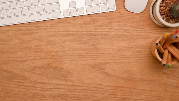 Widok z góry zbliżenie prostego biurka komputerowego z miejscem na kopię do montażu na drewnianym tle