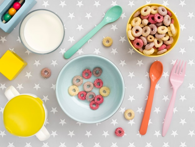 Widok z góry zbóż z mlekiem dla dziecka